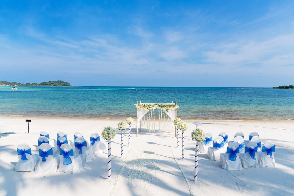 A blue-and-white beach wedding setting in the daytime